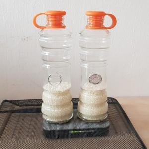 es 2 bouteilles sont placées sur un routeur wifi